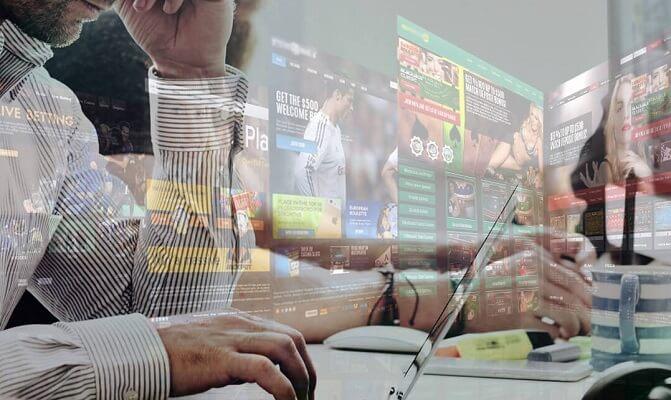 Mann auf der Suche nach Online-Wette auf Laptop